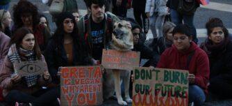 Foto portada: participants de la seguda convocada per Fridays For Future a plaça Sant Jaume davant la inacció de la COP25, el 13 de desembre de 2019 (Horitzontal)