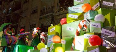 Foto portada: una carrossa de la cavalcada amb 'regals' pels infants. Autor: David B.
