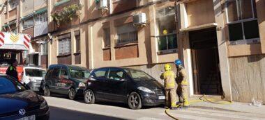 Foto portada: un moment de l'incendi, al carrer de Petrarca. Autor: Plácido López / cedida.