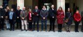 Pla general dels representants de diferents partits polítics a les portes de l'Ajuntament de Terrassa en la lectura del manifest en contra del feminicidi que ha patit la ciutat aquest dissabte, diumenge 19 de gener (horitzontal)