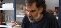 Jordi Cuixart, pintant una peça de ceramica