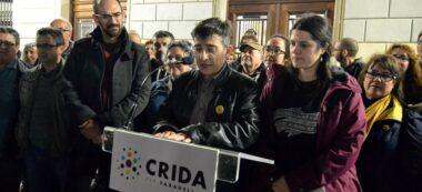 Foto portada: els representants de la Crida, aquest dilluns a la plaça Sant Roc. Autor: J.d.A.