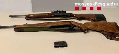 Foto portada: les dues armes llargues que portaven els caçadors. Autor: Mossos / cedida.