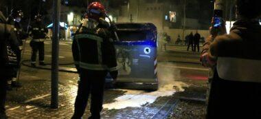 Foto portada: Bombers de Barcelona apagant un contenidor que ha cremat on Meridiana Resisteix fa el tall; just abans, alguns manifestants independentistes havien intentat apagar el foc, el 16 de febrer del 2020. Autor: ACN.