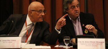Pla mitjà del president del Banc Sabadell, Josep Oliu, assenyalant amb el dit mentre parla amb el president de la Comissió d'Investigació de 155 al Parlament, Toni Morral, el 25 de febrer del 2020. Horitzontal.