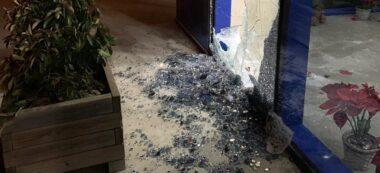 Foto portada: un vidre trencat a causa d'un robatori en una nau de Can Roqueta. Autor: cedida.