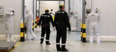 Foto portada: pla general dels efectius de la UME netejant la zona de mercaderies del Port de Barcelona (Àrea PIF). Imatge del 20 de març de 2020. (Horitzontal)