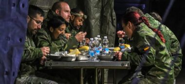 El campament plantat per l'exèrcit aquest divendres en una residència de Castellarnau. Autor: Xavi Hurtado.