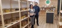 Foto portada: els germans Àlex i Vanessa Fàbrega a l'interior de la botiga aquest dijous. Autor: Cedida.