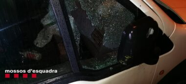 Foto portada: el vidre d'un dels vehicles on van robar. Autor: Mossos / cedida.
