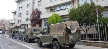 Foto portada: militars, a la residència del carrer Sant Joan, al Centre, aquest dijous al matí. Autor: David B.