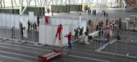 Foto portada: muntatge de l'hospital temporal a la Pista Coberta, aquest dijous. Autor: David B.
