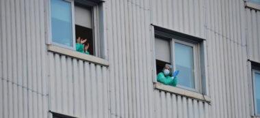 Treballadors sanitaris aplaudint des de les finestres de Sant Fèlix. Autor: David B.