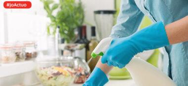 Foto portada: Persona desinfectant les superfícies de la llar. Autor: AMIC