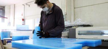 Foto portada: un empleat de la fàbrica Disnou de Castellar del Vallès, fabricant mampares per protegir de la covid-19. Imatge del 30 d'abril de 2020. (Horitzontal)