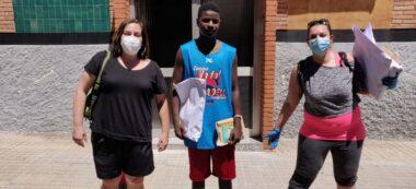 Dues mestres i un alumne de l'escola, al barri. Autor: cedida.