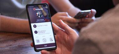 Pla detall d'un telèfon mòbil amb l'aplicació de Quictendr a la pantalla. Imatge del 21 de maig de 2020. (Horitzontal)