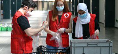 Foto portada: dos membres de Creu Roja, a Fira Sabadell. Autor: cedida.