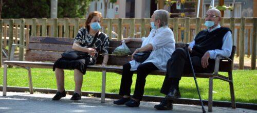 Foto portada: gent gran, asseguda a la plaça de les Dones del textil, abans plaça Marcet. Autor: David B.