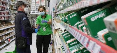 Un client professional i una treballadora de Leroy Merlin a la botiga de Sabadell. Autor: ACN.