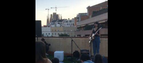 Foto portada: concert de Paavla, al seu terrat, amb la Sagrada Família de fons.