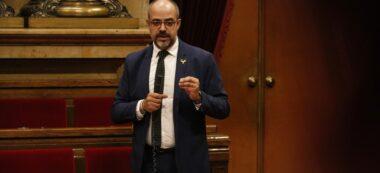 Pla mitjà del conseller d'Interior, Miquel Buch, durant la sessió de