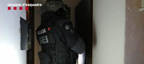 Foto portada: un policia durant l'operatiu contra el Clan Egara.