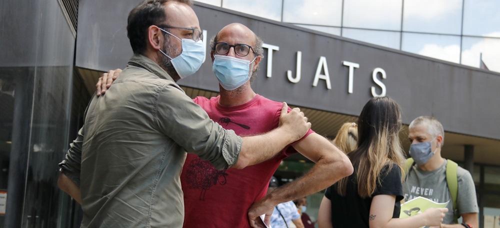 L'advocat de la família Jubany, Benet Salellas, amb el germà de la víctima, Joan Jubany, a les portes dels Jutjats de Sabadell, el 7 de juliol de 2020 (horitzontal)
