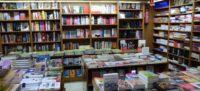 Foto portada: estanteries amb llibres a la llibreria Paes. Autor: David B.