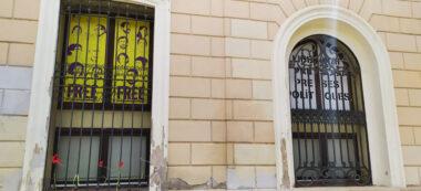 Pancarta llibertat presos pilítics a la finestra del Grup municipal d'ERC