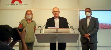 Pla de la roda de premsa dels expresidents del Parlament Núria de Gispert, Joan Rigol i Ernest Benach el 24 d'agost de 2020 (Horitzontal)