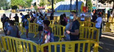 Foto portada: cues per accedir a la carpa de la plaça Picasso. Autor: David B.