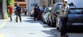 Temporers amb mascareta en un carrer d'Aitona, el 13 de juliol de 2020.