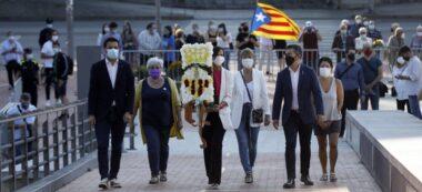 Gibert (PSC), Valero (Crida), Farrés, Ciuró (Junts), Fernàndez (ERC) i Morell (Podem), a l'ofrena de l'Ajuntament. Autor: Ajuntament.