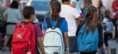Foto portada: alumnes anant de camí al primer dia de classe. Autor: R.Benet.