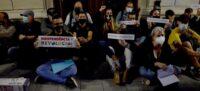 Foto portada: concentrats a la porta de l'Ajuntament. Autor: David B.