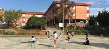 Nens jugant amb mascareta a l'escola Joaquim Blume. Autor: cedida