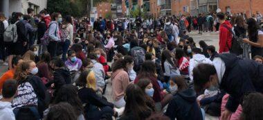Foto portada: la concentració, aquest matí, a les portes de l'institut Castellar, al municipi vallesà. Autor: cedida.