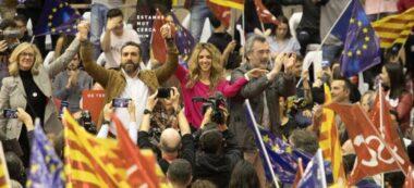 Tortolero, al mig, en un míting del PSC quan va ser alcaldable pel seu municipi. A la dreta, Manuel Cruz, que va ser president del Senat alguns mesos. Foto: @EliaTortolero via Twitter.