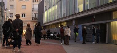 Foto portada: cues al CAP Centre, aquest dilluns a la tarda. Autora: Alba Garcia.
