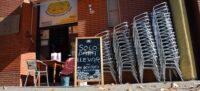 Foto portada: un restaurant de l'avinguda de Matadepera, a Sant Julià, aquest divendres. Autor: David B.