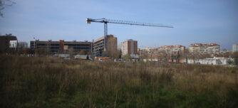 Foto portada: un dels solars on es farà habitatge públic a Can Gambús. Autora: Alba Garcia.